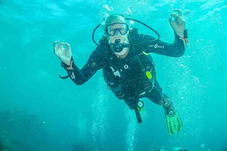 APERÇU: Un garçon fait une transformation remarquable grâce à son amour de la plongée sous-marine