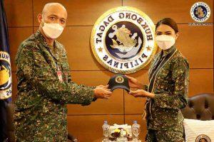 Beatrice Luigi Gomez rend une visite de courtoisie au chef de la marine en uniforme