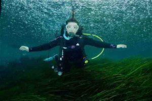 Des étudiants de Penn enseignent aux adolescents des Galápagos les techniques de plongée sous-marine pour un projet scientifique communautaire