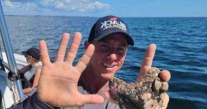 Un capitaine de bateau en Floride découvre une énorme dent de requin préhistorique