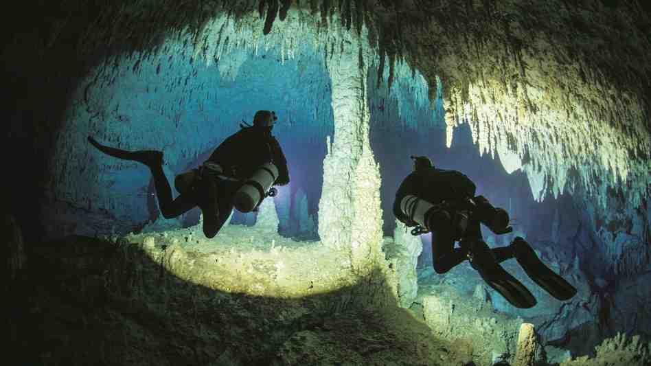 Un couple partage l'amour de la plongée sous-marine avec des villes isolées loin de l'océan